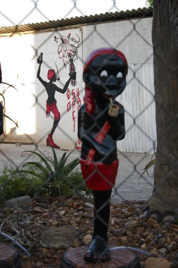 à frente, escultura de Pedro Cesar